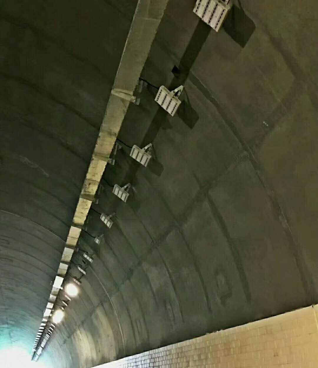 技术文章 >led隧道灯照明隧道设计  在采取隧道led改造后,在间隔隧道